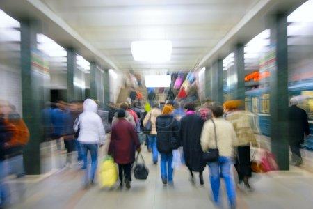 Photo pour Zoom abstrait des passagers dans le métro - image libre de droit