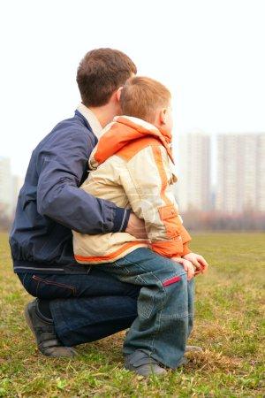 Photo pour Fils sur le tour de père en plein air en ville de dos - image libre de droit