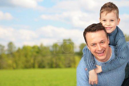 Photo pour Père avec enfant extérieur - image libre de droit