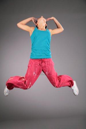 Photo pour Femme en vêtements de sport en saut - image libre de droit