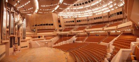 Photo pour Panorama de la salle de concert vide avec orgue - image libre de droit