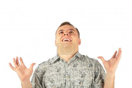 Photo pour L'homme enthousiaste regarde vers le haut avec les mains en l'air - image libre de droit