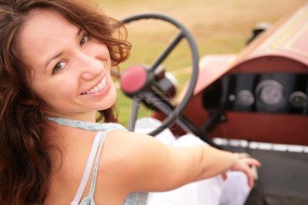 Photo pour Femme assise après avoir tourné le dos au salon de la voiture ancienne - image libre de droit