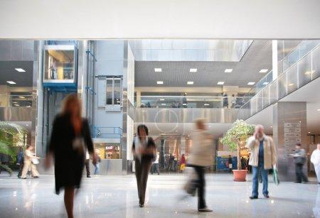 Photo pour Visiteurs dans le centre d'affaires - image libre de droit