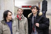 Tři mladí hudebníci na stanici metra