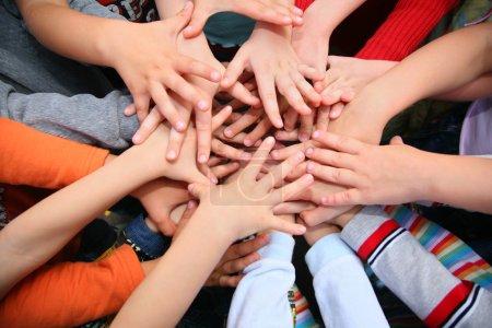 Foto de Los niños han combinado las manos juntas - Imagen libre de derechos