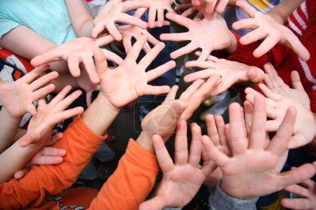 Photo pour Mains d'enfants - image libre de droit
