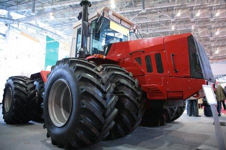 Photo pour Tracteur en exposition - image libre de droit