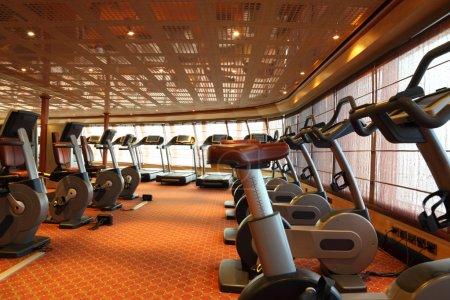 Photo pour Grande salle de gym avec tapis roulants et vélo d'exercice en bateau de croisière - image libre de droit