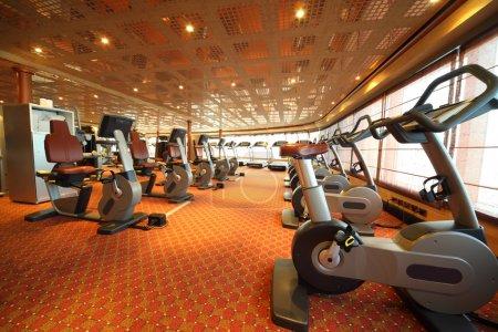 Photo pour Grande salle de gym avec vélo d'exercice en bateau de croisière vue générale - image libre de droit