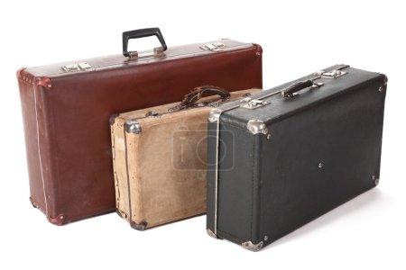 Photo pour Trois vieilles valises sales et poussiéreuses. se concentrer sur le coin avant de la valise jaune. isolé - image libre de droit