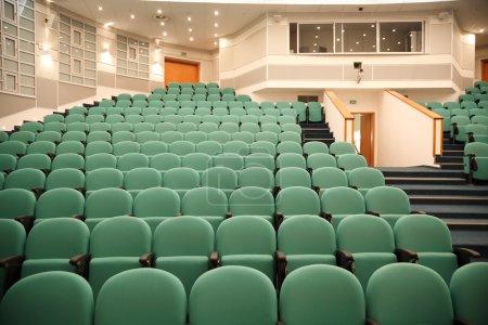 Photo pour Intérieur de la salle pour les conférences. Rangées de chaises pour spectateurs . - image libre de droit