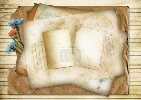 Photo pour Fond en papier vintage avec espace pour photo ou texte et bleuets - image libre de droit