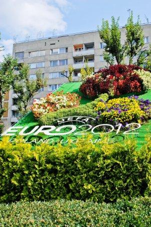 Photo pour Lviv, Ukraine - 9 juin : tournoi du Logo de l'Uefa Euro 2012 faite de fleurs dans la rue de la ville de Lviv sur 9 juin 2012 à Lviv, Ukraine - image libre de droit