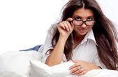 Mladá žena leží na posteli
