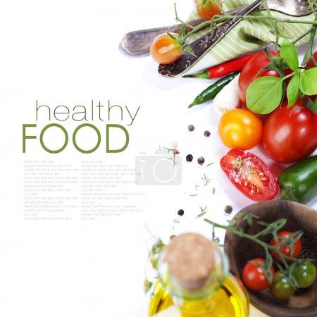 Photo pour Plusieurs variétés de tomates et d'épices sur blanc (avec un exemple de texte ) - image libre de droit