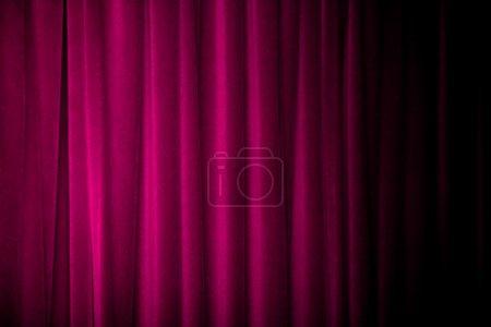 Photo pour Rideaux violets avec de nombreux plis et sombre progressivement du côté droit . - image libre de droit