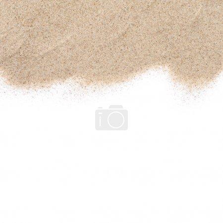 Photo pour La dispersion du sable isolé sur fond blanc - image libre de droit