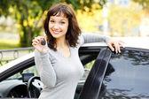 Szép ázsiai lány mutatja a autó kulcs