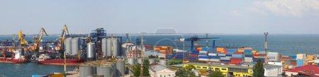 Photo pour Vue panoramique sur le port avec chargement du cargo - image libre de droit