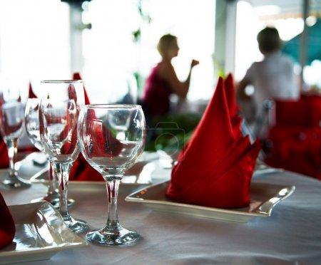 Photo pour Verres vides sur la table dans le restaurant - image libre de droit