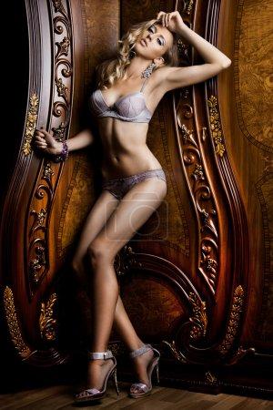Photo pour Belle femme à la mode à l'intérieur - image libre de droit