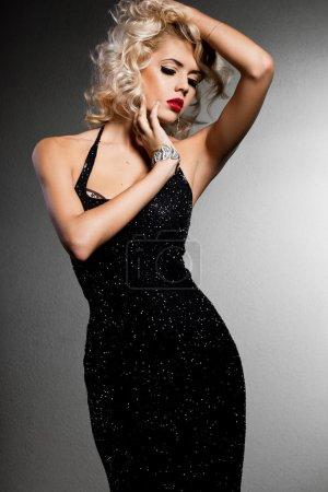Photo pour Femme à la mode élégante en robe noire - image libre de droit