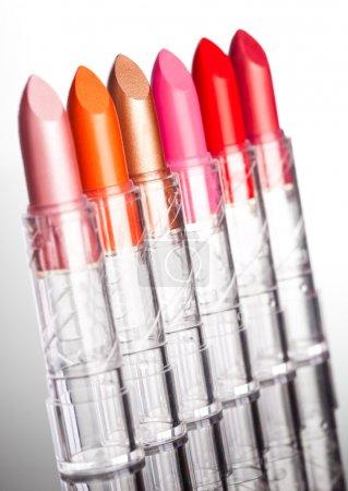 Photo pour De nombreux rouges à lèvres sur fond blanc (DOF peu profond ) - image libre de droit