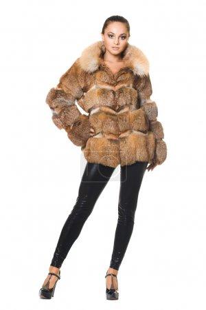 Photo pour Belle femme dans un manteau de fourrure - image libre de droit