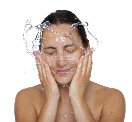 Photo pour Belle femme humide visage avec goutte d'eau. Gros plan portrait sur fond blanc - image libre de droit