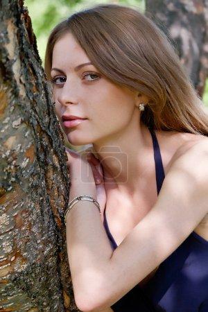 Photo pour Portrait de la belle fille sur la nature - image libre de droit