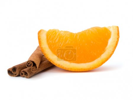 Orangenfruchtsegment und Zimtstangen isoliert auf weißem Rücken