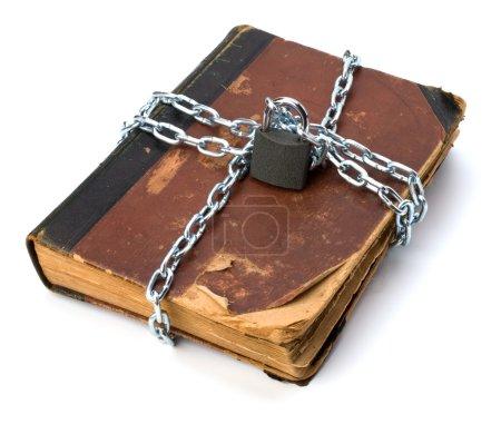 Photo pour Livre en lambeaux avec chaîne et cadenas isolé sur fond blanc - image libre de droit