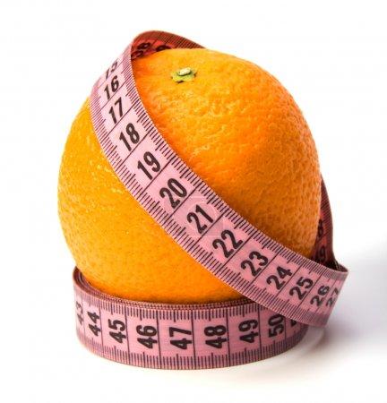 Foto de Cinta métrica envuelta alrededor de la naranja aislada sobre fondo blanco - Imagen libre de derechos