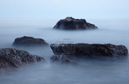 Photo pour Pierres dans le brouillard au crépuscule - image libre de droit
