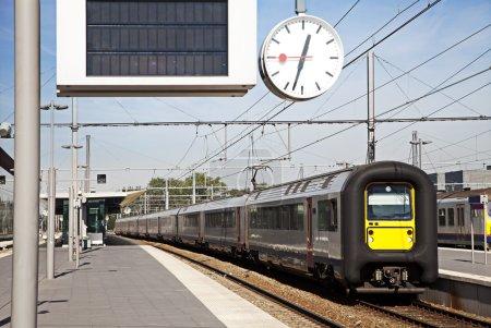 Photo pour Train quitte la gare, europe - image libre de droit