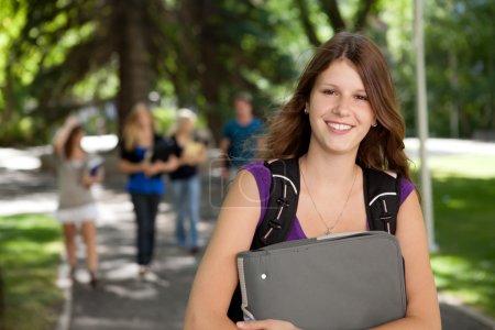 Photo pour Portrait d'une jolie collégienne détendue avec cartable - image libre de droit