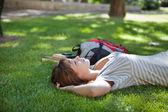 Dívka ležela na trávě v areálu trávníku