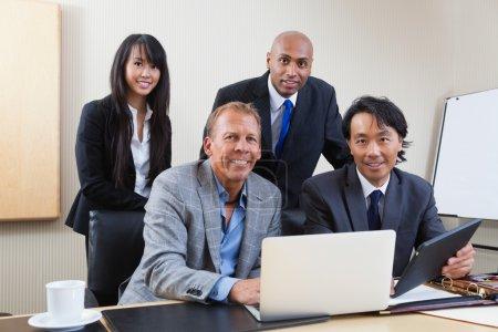 Photo pour Portrait de gens d'affaires ethniques multi au bureau - image libre de droit