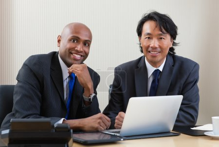 Photo pour Portrait de multi ethnique entreprise travaillant sur ordinateur portable et tablette numérique - image libre de droit