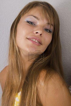 Photo pour Sourires de belle femme sur fond blanc - image libre de droit
