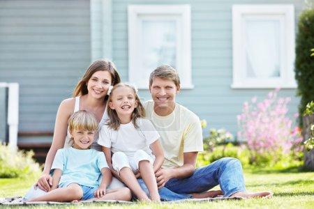 Photo pour Famille riante avec enfants à l'extérieur - image libre de droit