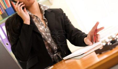 Foto de Retrato de una hermosa joven empresaria llamando por teléfono en la oficina - Imagen libre de derechos