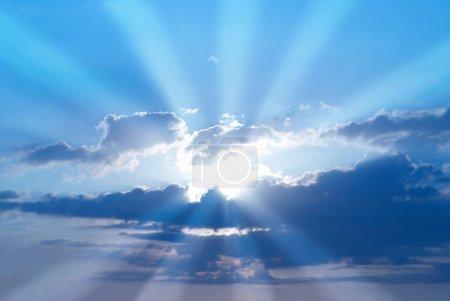 Photo pour Beau ciel bleu avec des rayons de soleil et des nuages. Rayons solaires. - image libre de droit