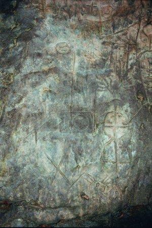 Photo pour Un mur avec des photos de la roche. l'âge est de 13-14 mille ans - image libre de droit