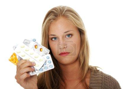Photo pour Jeune belle femme malade avec des pilules. Isolé sur fond blanc . - image libre de droit