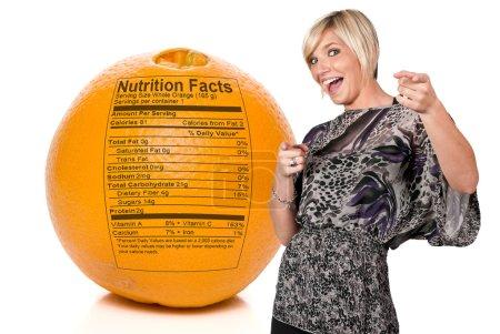 Photo pour Valeur nutritive imprimée sur une délicieuse orange . - image libre de droit