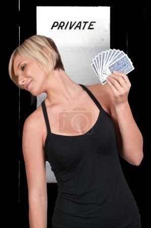 Photo pour Une belle femme jouant aux cartes - chance dame - image libre de droit