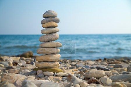 Photo pour Pierre pile sur une plage de galets - image libre de droit
