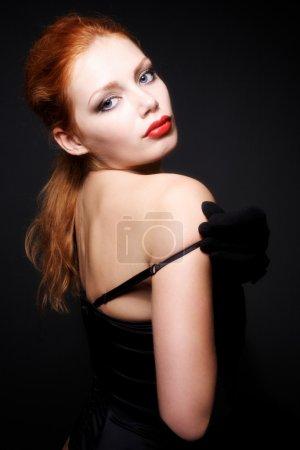 Photo pour Portrait du modèle séduisante rousse sur fond foncé - image libre de droit
